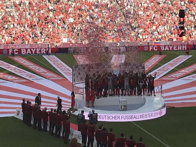 Награждаването на Байерн като шампион за 2017/18 г.