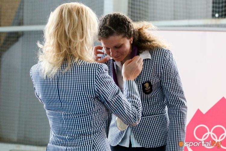 Стефка Костадинова връчи олимпийския медал на Милка Манева