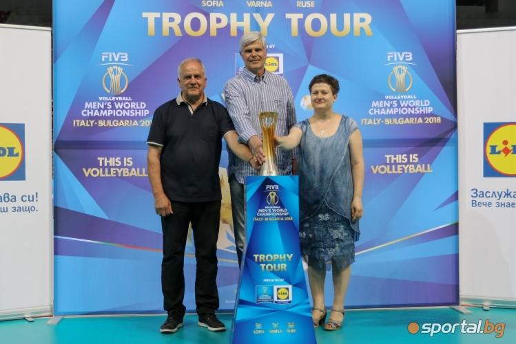 Данчо Лазаров и шефът на LIDL показват трофея от Световното първенство по волейбол