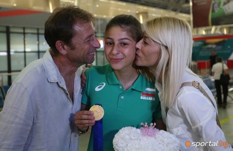 Световната шампионка Александра Начева се прибра в България