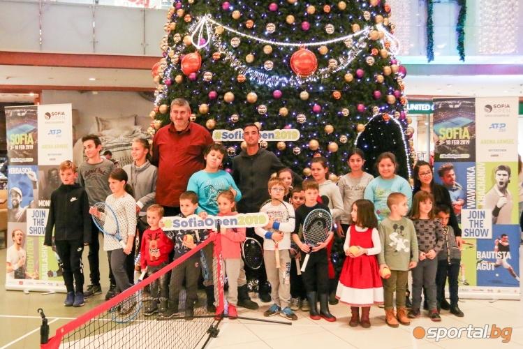 """Димитър Кузманов игра тенис с деца в мол """"Парадайс"""""""
