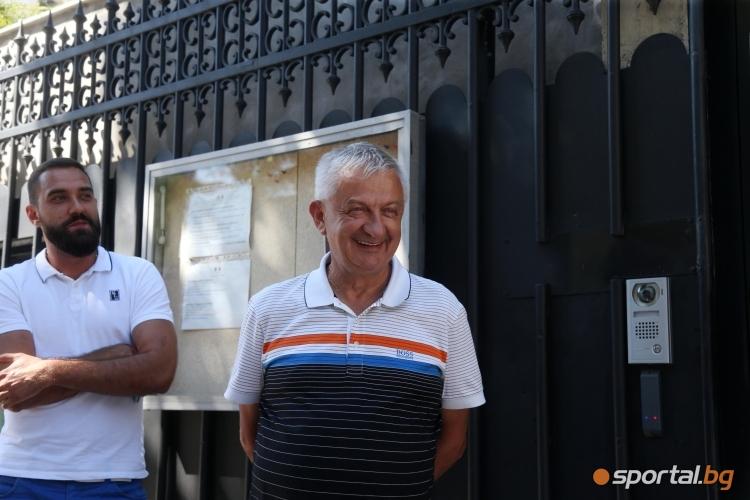 Христо Крушарски пред френското посолство