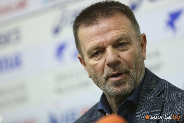 Стойчо Младенов говори пред медиите