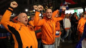 Колоритни фенове на Холандия по улиците на София