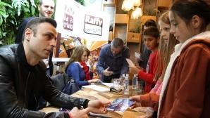 Бербатов раздаде автографи в столичен бар