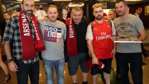 Българският фен клуб на Арсенал с подаръци за Пирес и Леман