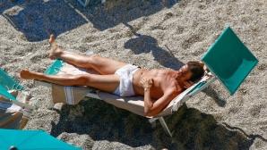 Антонио Конте като Джеймс Бонд на плажа