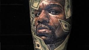 Флойд Мейуедър се похвали с татуировките на феновете си
