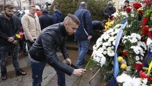 Фенове, футболисти и ръководство на Левски поднасят венци пред паметника на Апостола