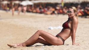 Алекс Джерард разходи перфектното си тяло на плажа в Дубай