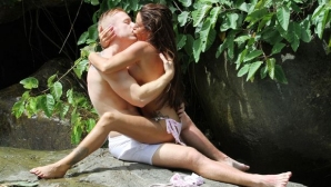 Джордан симулира секс край водопад