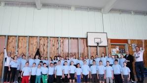 Деца опознават доджбол в училище