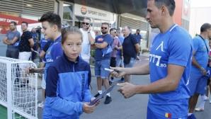 Футболистите на Левски и Хубчев играят с деца, фенове на Левски