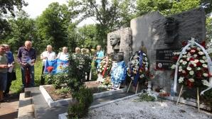 Ръководители и привърженици на Левски поднасят венци в памет на Гунди и Котков