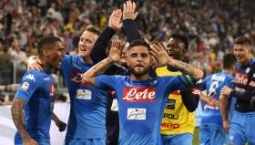 Играчите на Наполи празнуват след успеха над Ювентус в Торино