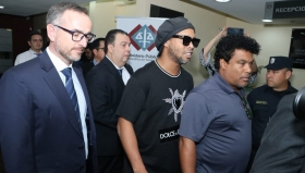 Роналдиньо вече не е в затвора, а под домашен арест