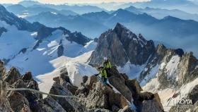 Катерене по средната третина на Kuffner Ridge, връх Mount Maudit 4465m.