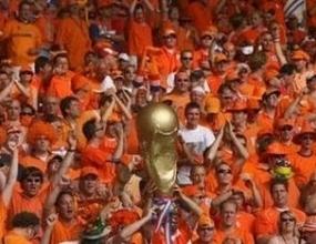 Стотици фенове на Холандия гледаха мача срещу Кот д`Ивоар по бельо