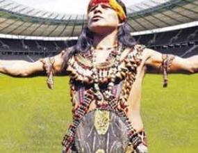 Еквадорски шаман омагьоса стадионите на Германия