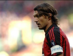 Тифозите на Милан освиркват тима, Малдини ги защитава