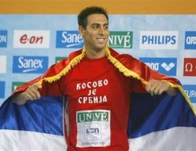 """Изхвърлиха европейски шампион по плуване заради фланелка с надпис """"Косово е Сърбия"""""""