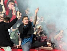 Сериозни боеве в Сандански - фенове на Локо Пд и ЦСКА се бият, а полицията гледа