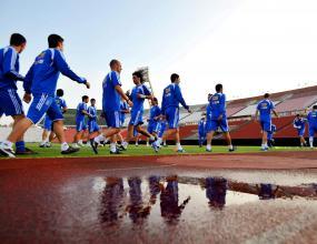 1000 фена гледат тренировка на Гърция