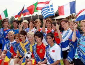 """16 пищни красавици в спор за """"Мис Евро 2008"""""""