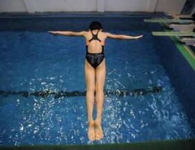 """Състезатели от 7 страни участват в турнира за купа """"НСА"""" по скокове във вода"""
