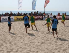 Любе Спасов дава първия съдийски сигнал на футболния плажен турнир на Еврофутбол