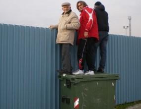 Вижте как легендата Крум Янев гледа ЦСКА върху кофа за боклук