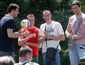 Пламен Константинов, Салпаров, Супер Бобо и Пушката учиха деца на волейбол