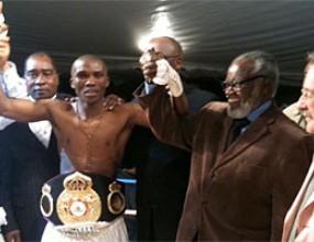 Намибиец защити короната в лека категория