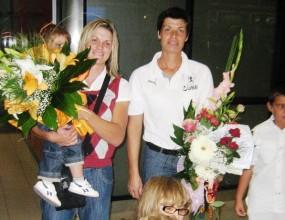 Отрупаха с цветя Румяна Нейкова и Миглена Маркова на аерогара София