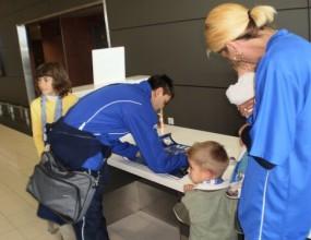 Всички в Левски раздават автографи на летището в Ларнака