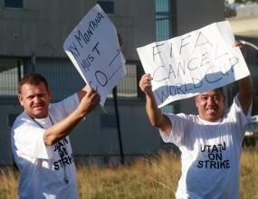 Работници стачкуват дни преди световното в ЮАР