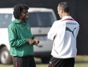 Камени и Сонг на скамейката в първия мач на Камерун на световното