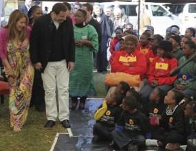 Джон Траволта танцува с малки африканчета