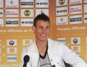 Арсенал представи френски защитник