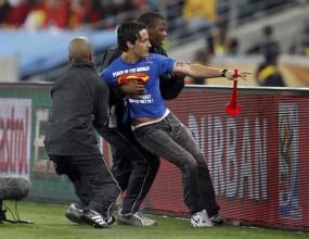 Фен с вувузела нахлу на терена и прекъсна мача Германия - Испания (видео)