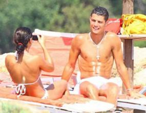Кристиано прекарва часове край басейна