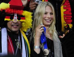 Швайни подари медала си на своята Сара
