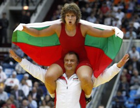 Посрещнаха световните шампиони Златева и Ганев като герои (видео)