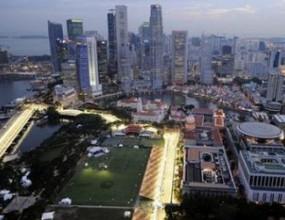 Дъжд и черни облаци над Сингапур