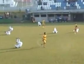 Футболисти правят шоу - търкалят се по терена (видео)