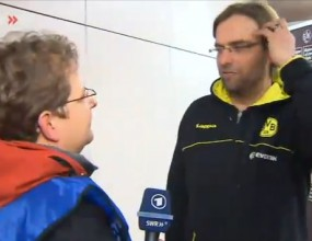 Клоп роптае срещу репортер, носел му нещастие (видео)