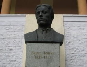 Гавра с фенове на Левски, искат им по 200 евро, за да поднесат цветя на паметника на Васил Левски