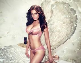 Кели Брук е секси ангел в реклама на мъжки дезодорант (видео)