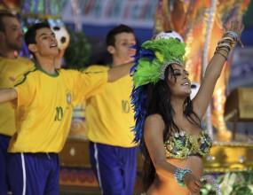 Горещата Лариса блесна и на карнавала в Рио (видео)