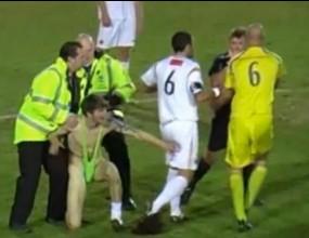 Изгониха футболист за това, че свърши работата на полицаите с нахлул фен (видео)